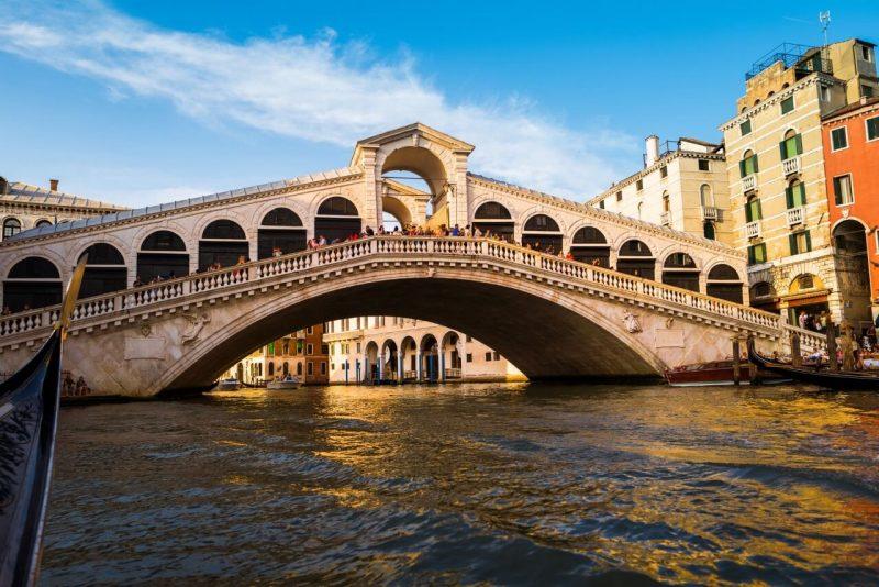 Puente de Rialto, un lugar imprescindible que visitar en Venecia