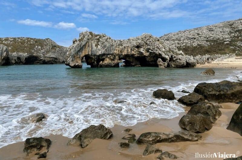 Playa asturiana Cuevas del Mar